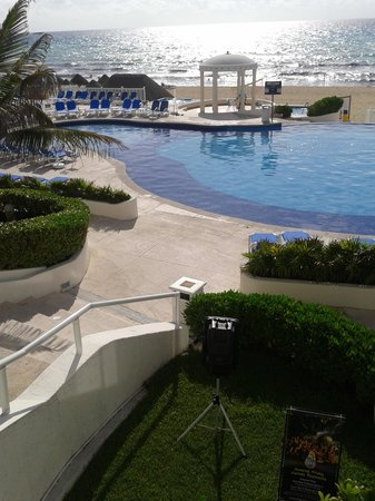Golden Parnassus All Inclusive Resort & Spa Cancun: Pool area