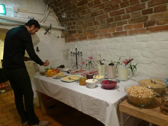 Hotel Hellstens Malmgard: Breakfast buffet in the cellar