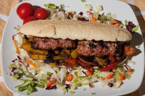 Costanzana, Taliansko: panino con salamella e peperoni grigliati