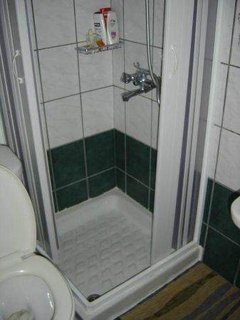 Erato Hotel: kleine Dusche
