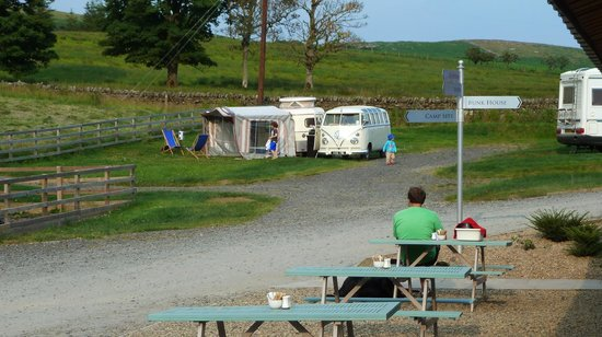 Boe Rigg Campsite & Bunkhouse: View from Coffee Shed to Camper Van area