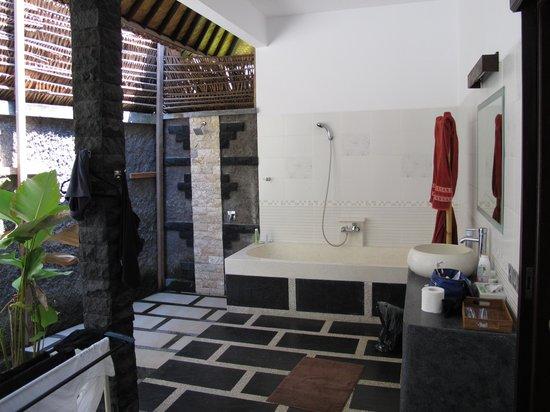 Buiten badkamer - Foto van Arco Iris Resort, Candidasa - TripAdvisor