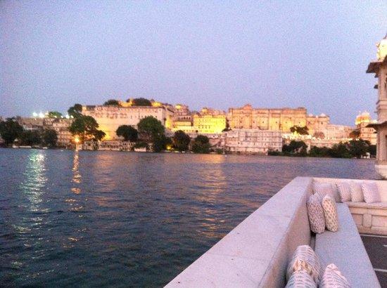 Taj Lake Palace Udaipur: Vue du bateau à l'arrivée