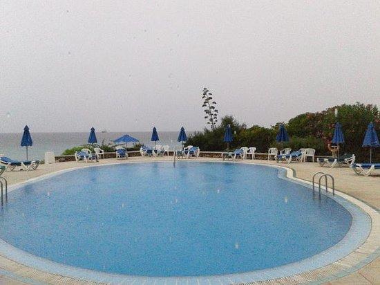 Vistamar Apartments: Vista de la piscina