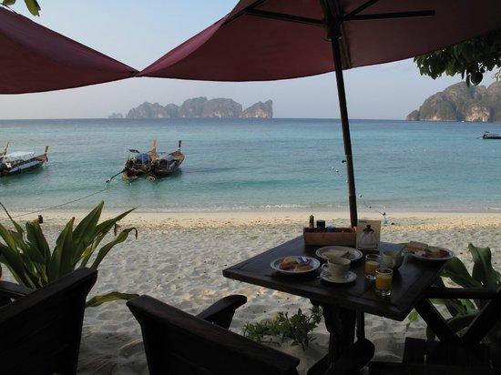 Paradise Resort Phi Phi: colazione in riva al mare