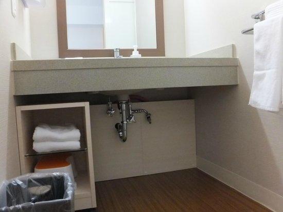 Vessel hotel campana Okinawa: 車椅子に乗ったまま膝が入ります。