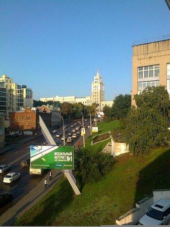 Ukraine Hotel: Widok z 5 piętra na gmach kolei. Fot. WG