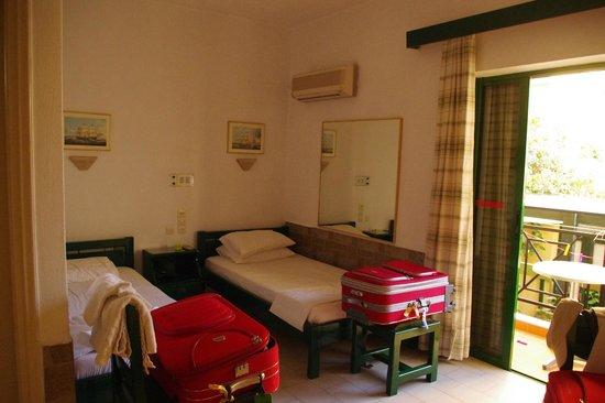 Angeliki Apartments: camera con lettini