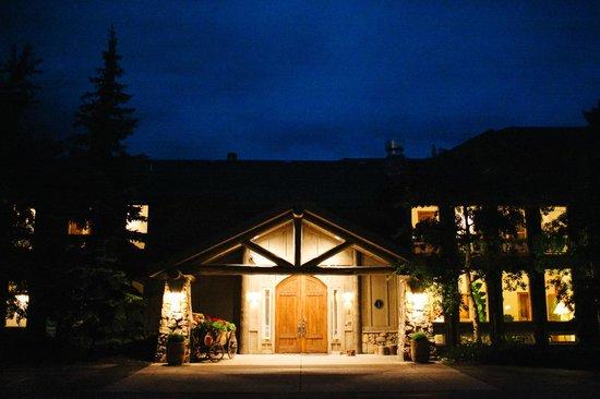 Taharaa Mountain Lodge: Front of lodge at night