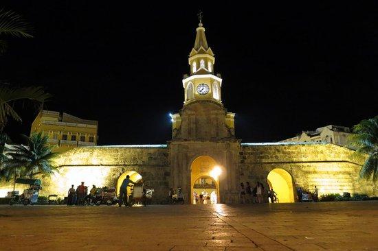 NH Cartagena Urban Royal: praça em frente ao hotel