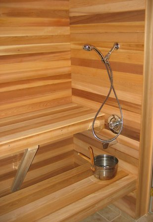Woodland Gardens Bed and Breakfast: Relax in our 6 person cedar-lined steam sauna!