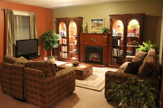 Woodland Gardens Bed and Breakfast : Casual elegance in guest living room
