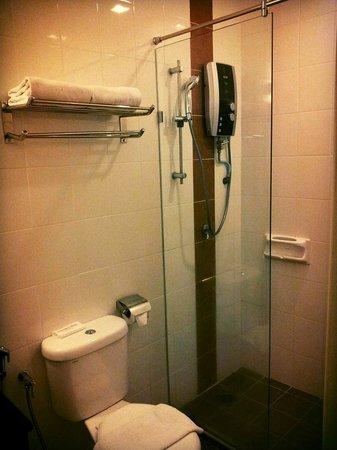 Hotel Sentral: Bathroom