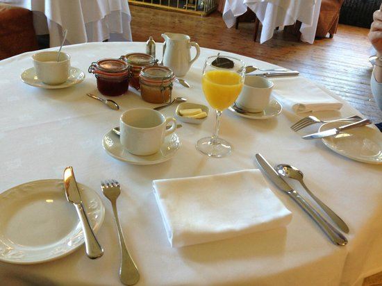 Raemoir House Hotel: Sehr stilvoller Frühstückstisch