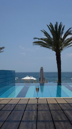 Constantinou Bros Athena Beach Hotel: Pool room with a wine