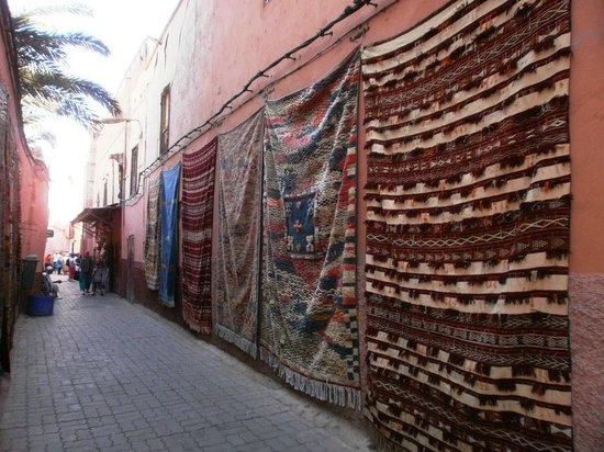 Museum of Marrakesh: Tapetes expostos na rua do museu