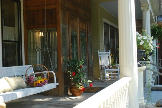 Mississippi Pearl Bed & Breakfast: Relax on the front porch swing