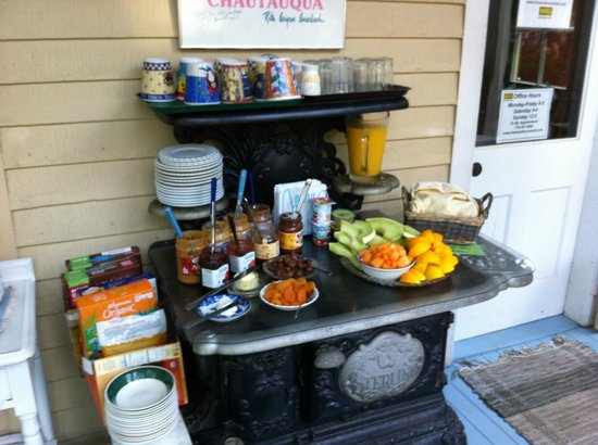 Englewood Guest House: Breakfast laid out on the porch