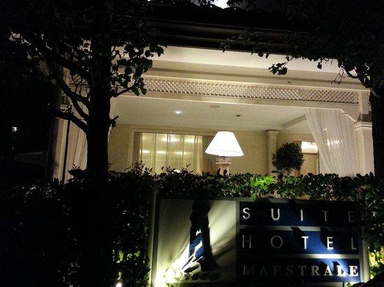 Suite Hotel Maestrale: ingresso la sera
