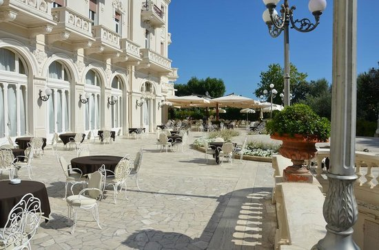 Grand Hotel Rimini: Patio area