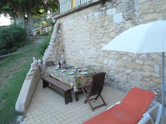 L'Oustaou du Luberon : Bij Le Jasmin: heerlijke plek om samen te eten, 's avonds in de schaduw.