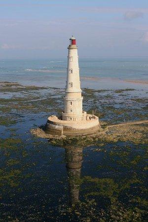 Le Verdon Sur Mer, França: Le phare de Cordouan à marée basse et son ilôt rocheux