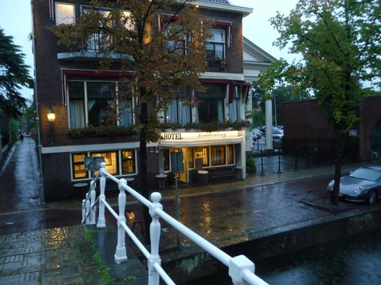 Hotel Leeuwenbrug: Entrance just at the canal