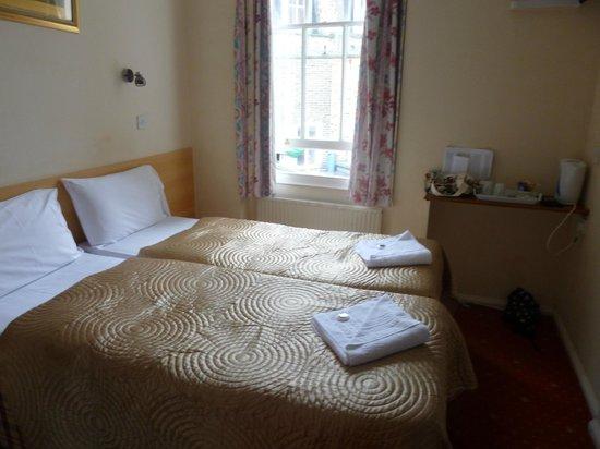 Romanos Hotel : Habitacion