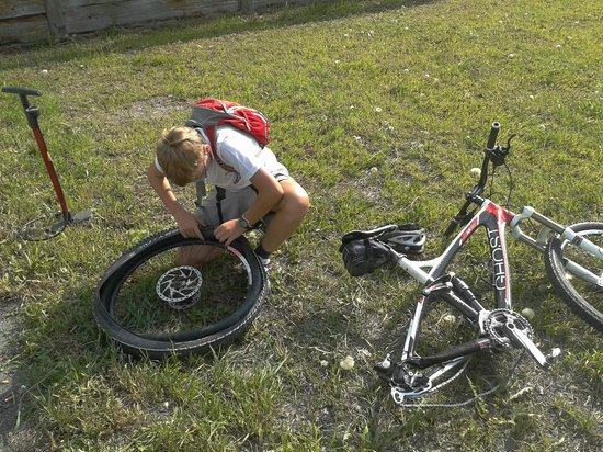Guide Mountainbike Livigno: Occorre saper sostituire anche una camera d'aria
