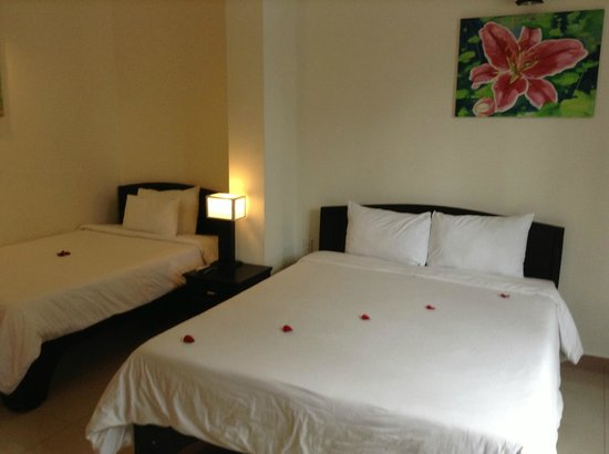 Jade Hotel: Room with petals