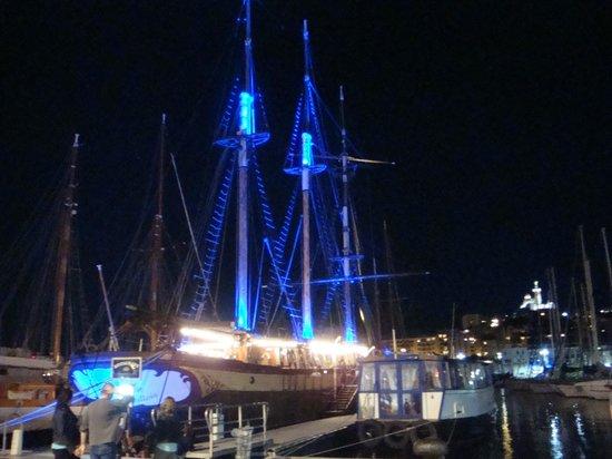 Ibis Budget Marseille l'Estaque: Bateau-restaurant le Marseillois