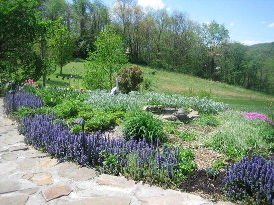 Featherstone at Thistlerock Ridge: Beautiful Gardens