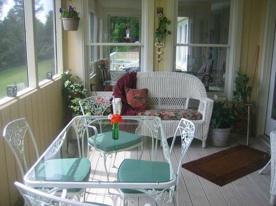 Featherstone at Thistlerock Ridge: Poarch & Dining Area