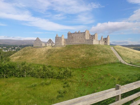 Ruthven Barracks: On approach