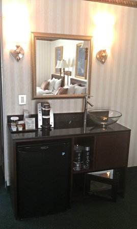The Madison Hotel : Room 357 Wet Bar with Microwave, Refrigerator and Keurig Coffee Maker