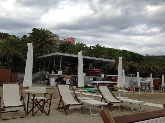 Finale Ligure, อิตาลี: il bar visto dalla spiaggia