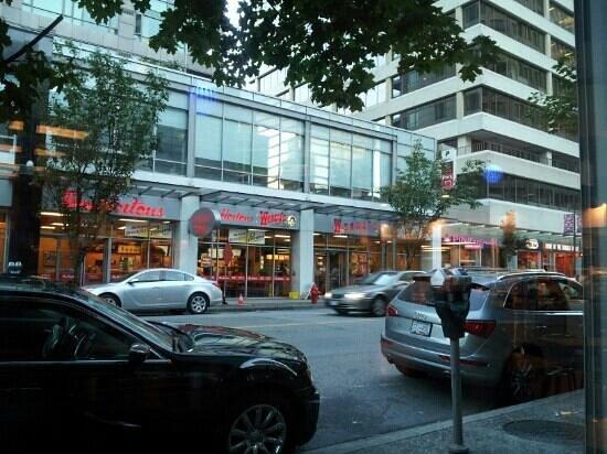 Carmana Plaza: ホテルの前には朝食に便利なカフェがあります。