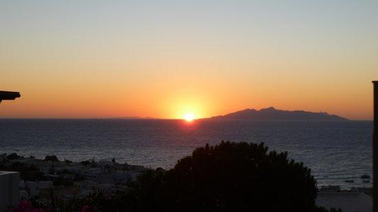 Antinea Suites Hotel & Spa: zonsopgang vanop ons terras