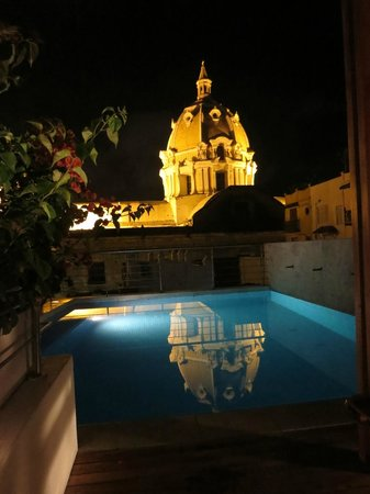 Casa Claver Loft Boutique Hotel: San Pedro Claver reflected in pool at night.  you can use the pool all night, just be respectful