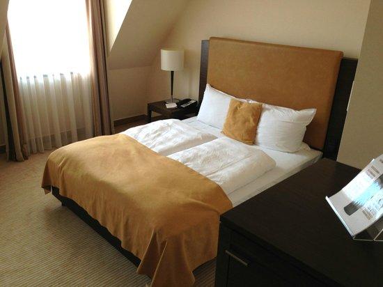Steigenberger Hotel de Saxe: Blick auf das Doppelbett