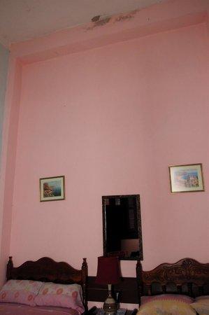 Casa Colonial Alina y Vicente : la chambre au plafond qui s'effrite sur notre tête !