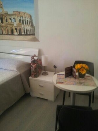 Rome ApartHotel : Bed and Breakfast Table