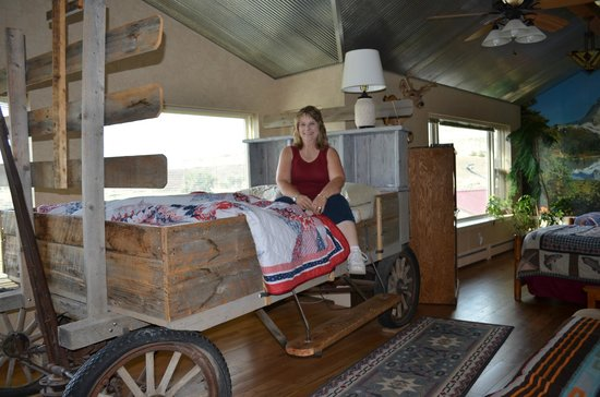 K3 Guest Ranch Bed & Breakfast: Me on the chuck wagon bed which was so comfortable.