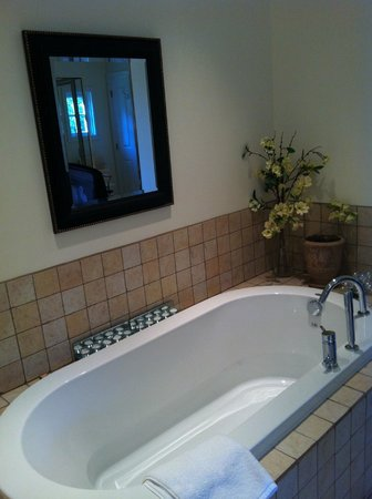 Wetherly Inn: Soaker tub; even tealights are provided.