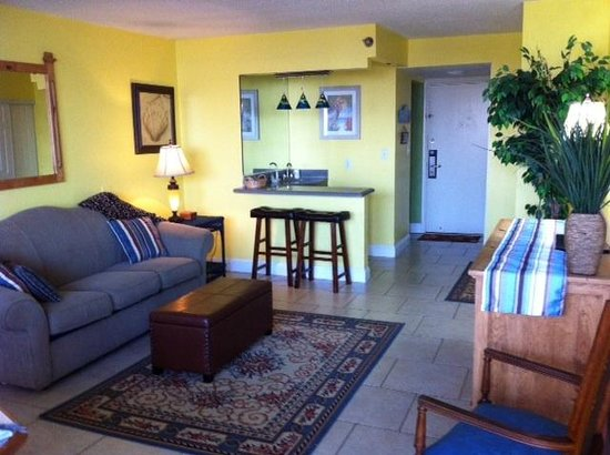 Fountain Beach Resort: Living room in Unit 405