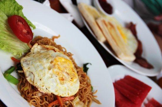 Legian Guest House: Petit déjeuner indonésien