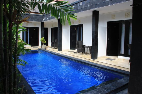 Legian Guest House: Piscine et devanture des chambres