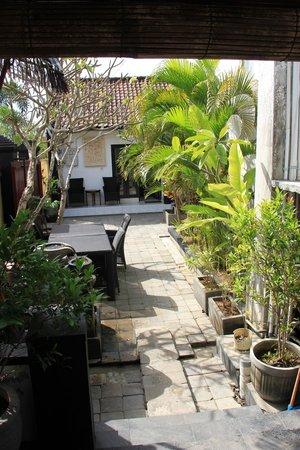 Legian Guest House: Coin jardin