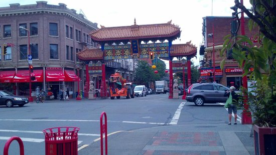 City Life Suites, Victoria : The gates to China Town