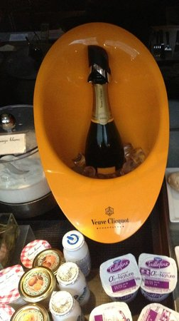 Hotel Sezz Paris: champagne breakfast